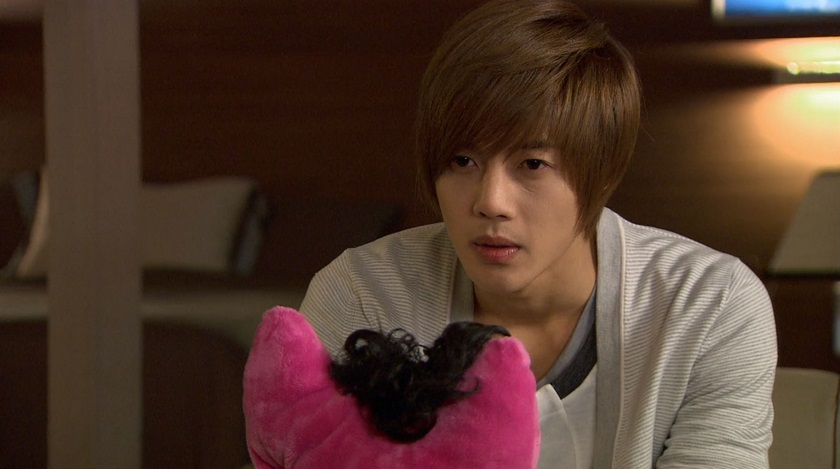 Ji-hoo with Jun-pyo's present Boys over Flowers episode 15