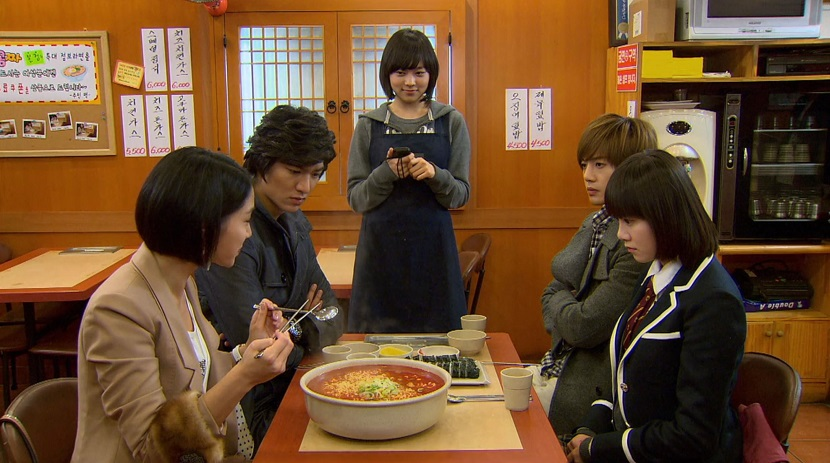 Jae-kyung prepares to eat a big bowl of ramen in Boys over Flowers episode 17