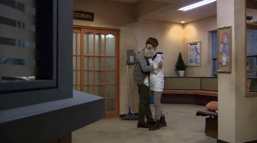 Ji-hoo comforting Jan-di in Boys Over Flowers episode 16