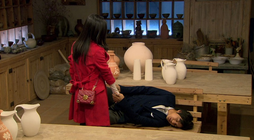 Ga-eul and Yi-jung hold hands in Boys Over Flowers episode 19