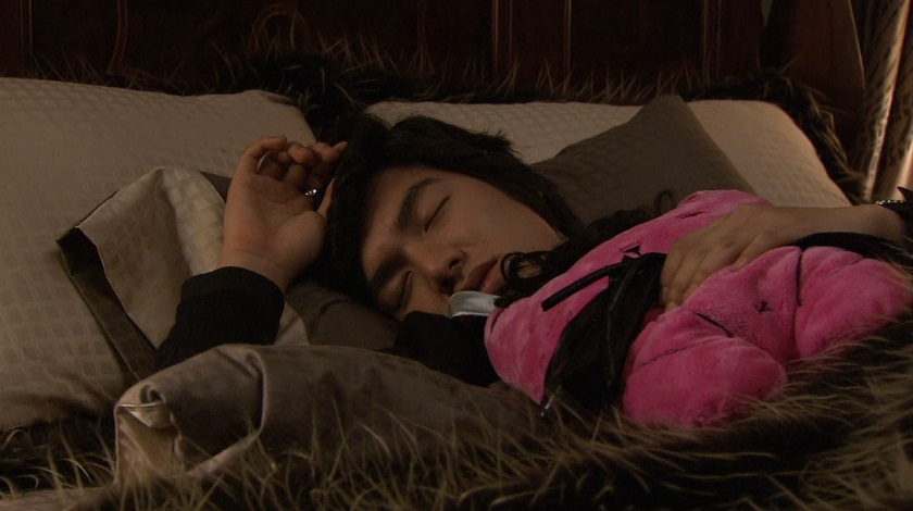 Jun-pyo asleep with his doll in Boys Over Flowers episode 18