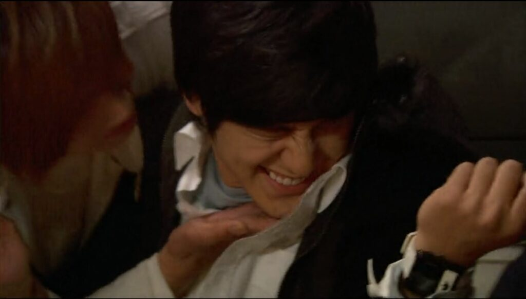 Ji-hoo kisses Yi-jung on the cheek in Boys Over Flowers