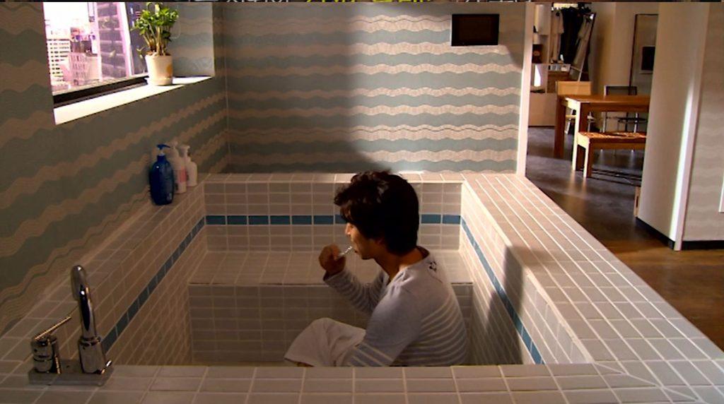 Han-gyul, brushing his teeth in his weird bathtub